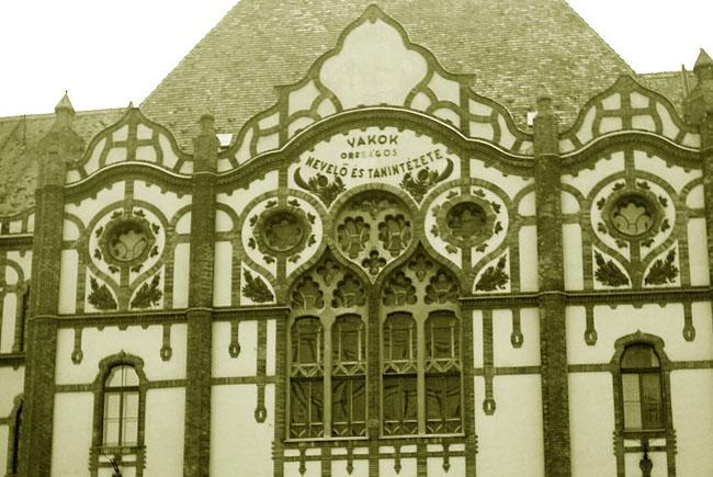 A képen az iskola homlokzata látható