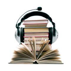 A képen egy könyvekre helyezett fejhallgató látható