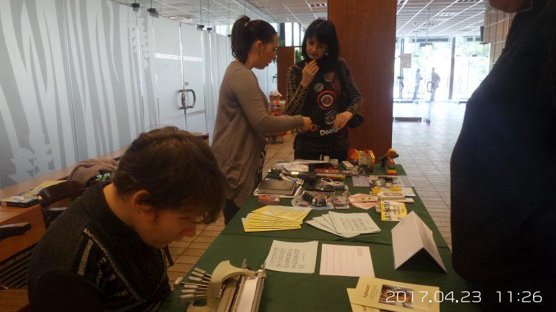 A képen az látható, amint az asztalunknál a Láthatár Bolt termékeit nézik