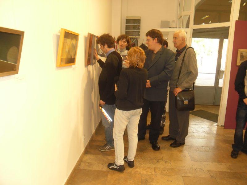 A képen az látható, amint a kiállítás egy képét a látogatócsoportunk körbeállja