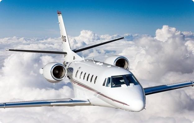 A képen egy repülőgép látható repülés közben.
