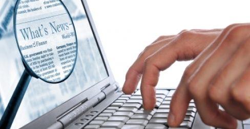 egy gépelő kéz látható egy laptopon