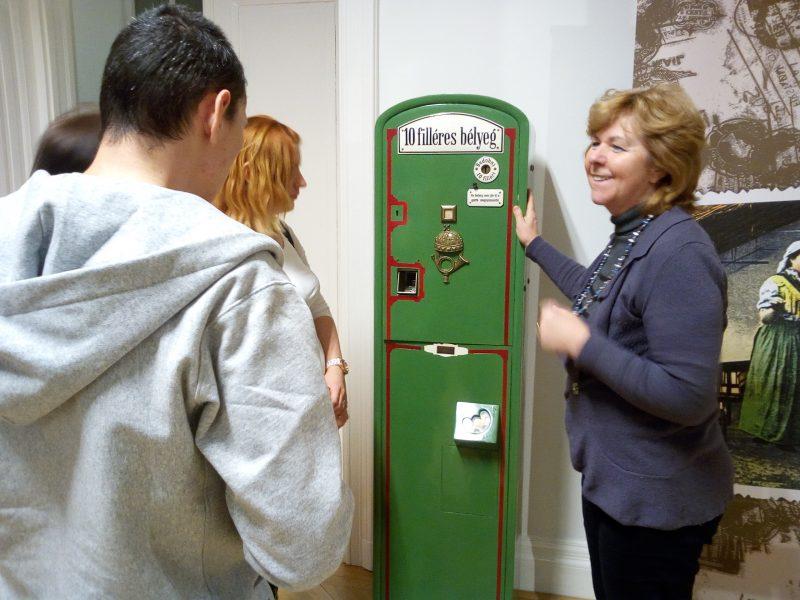 Egy bélyegárusító automata előtt állunk, ahonnan 10 fillérért lehetett bélyegeket vásárolni