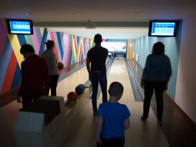 A képen a tagok bowlingoznak
