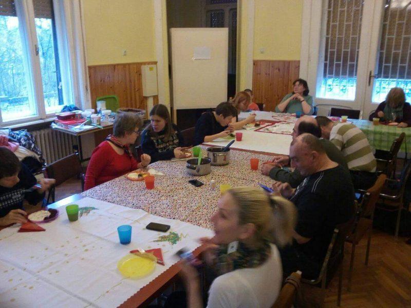 a képen a tagok az ebéden