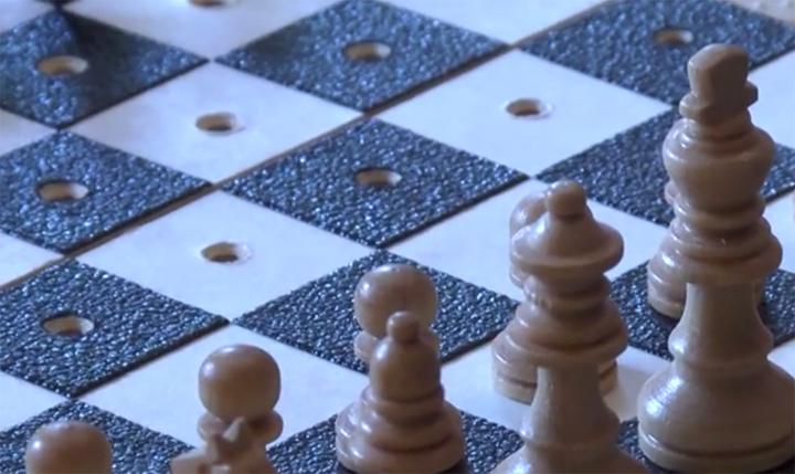 A képen egy akadálymentesített sakktábla látható