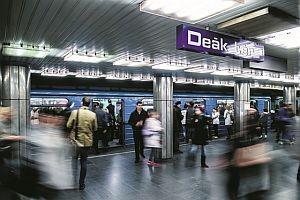 A képen az M3 metró deák tér állomása látható, emberek szállnak ki az éppen érkező szerelvényből
