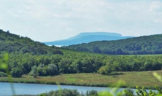 A fényképen a félszigeten lévő tó látható