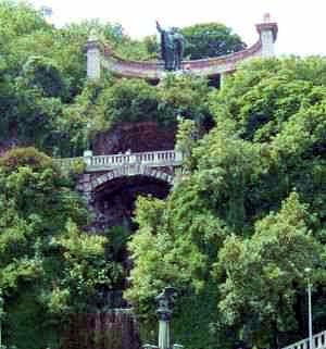 A képen a Gellért-hegy fényképe látható, az Erzsébet híd közepéről fényképezve, vagyis a képen a szobor és a vízesés van szem előtt