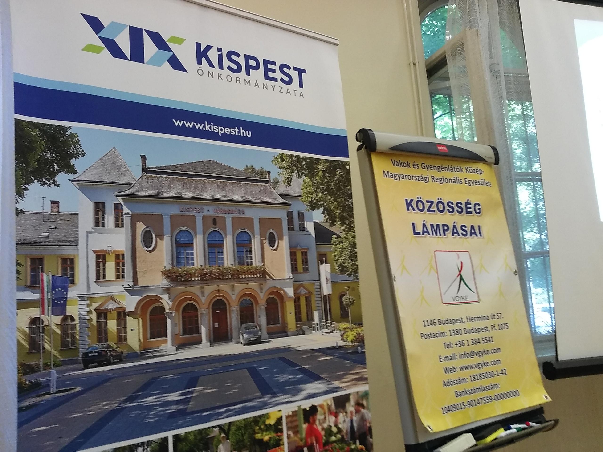 A képen két molinó látható, melyen Kispest önkormányzata és a kerületi klub adatai olvashatóak