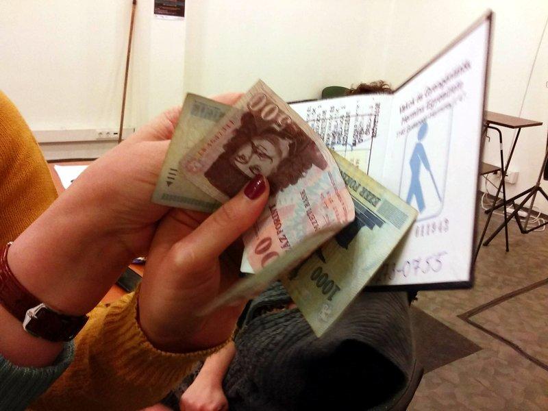 A képen egy tag befizeti a kitelepülő ügyfélszolgálaton a tagdíjat