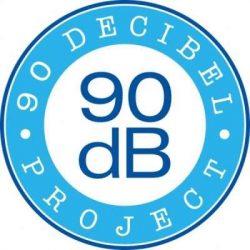 A képen a 90 decibel logója látható