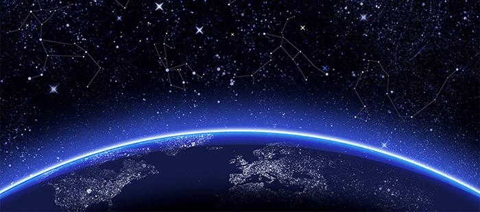 A képen a Föld bolygónk íve látható, amint megjelennek felette a világűrben látható csillagok