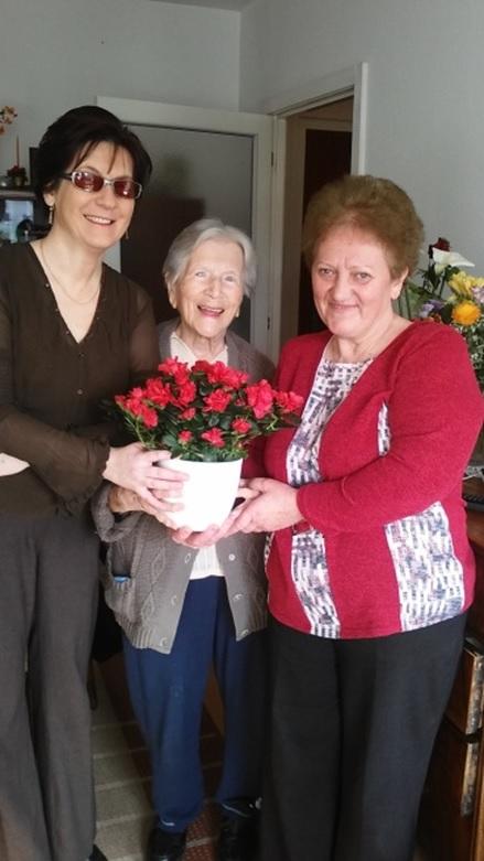Margitka néninek virágot ad át Fodor Ágnes elnök asszony és Vasné Terike, a harmadik kerületi klub vezetője