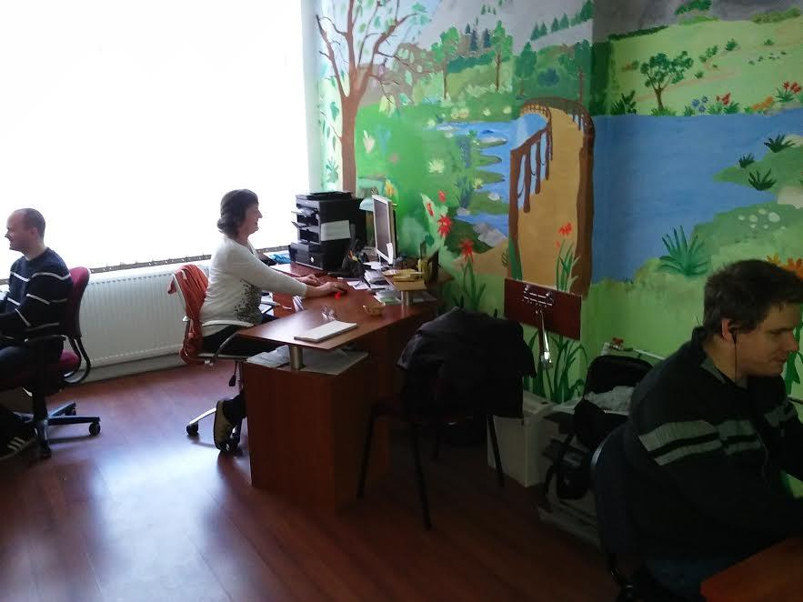 A képen az látható, amint az Ügyfélszolgálat három munkatársa dolgozik az irodában