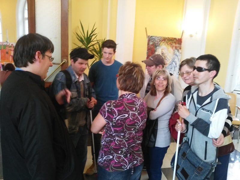 A fényképen a látogatók csoportja látható