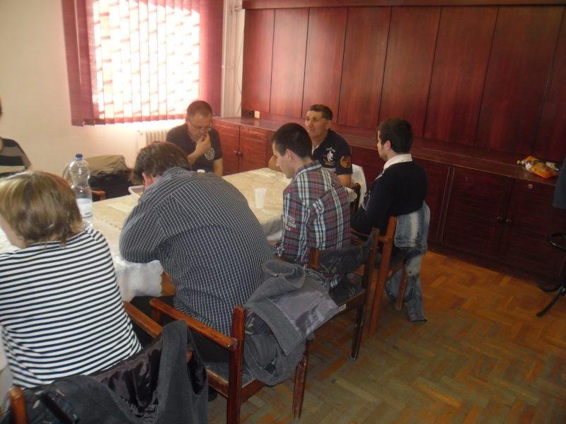 A fényképen az látható, amint a klubnapon egy asztalt ülnek körbe a résztvevők