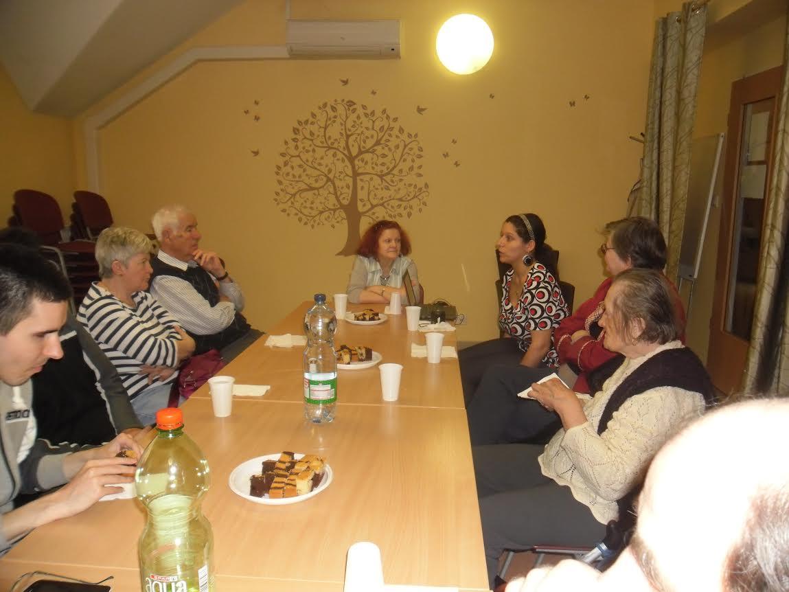 A képen Erika és Judit látható, amint beszélnek a klubdélutánon