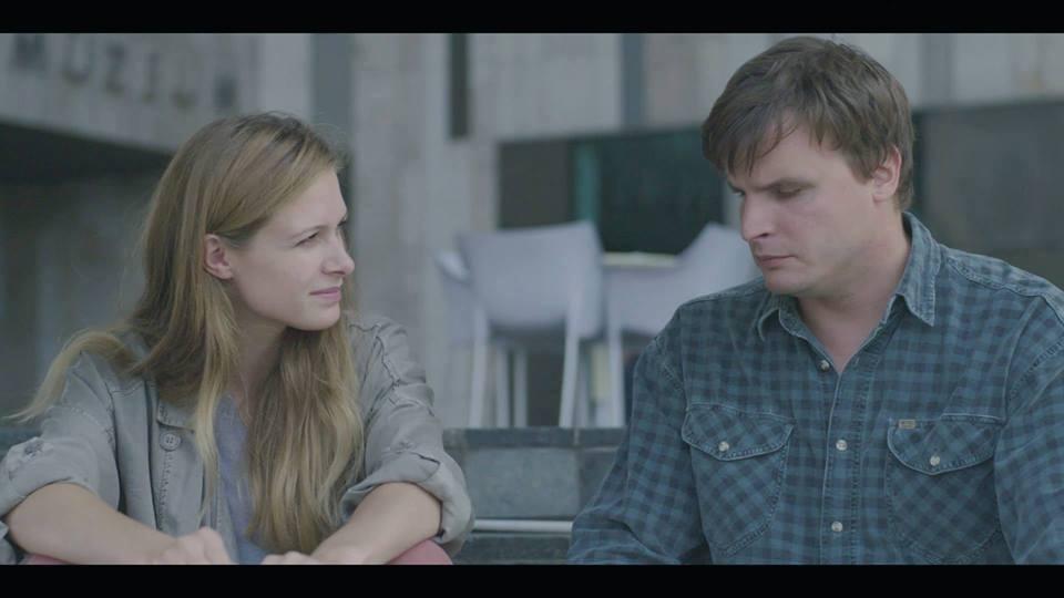A képen Anna (Józsa Bettina) és Balázs (Barkó Tamás) a Ludwig Múzeum lépcsőjén beszélgetve. Egymás mellett ülnek a film egyik jelenetében, kicsit mintha fürkésznék a másikat, a lány arca együtt érző figyelmet tükröz.
