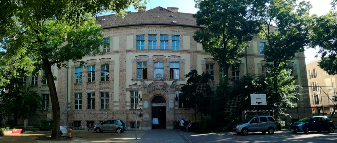 A fényképen az iskola bejárata látható