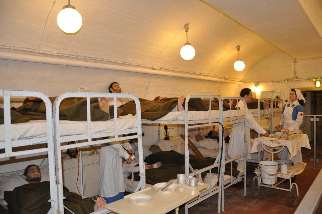 A képen a Sziklakórház egyik reme látható, ahol sebesült katonákat ábrázoló bábukat helyeztek el