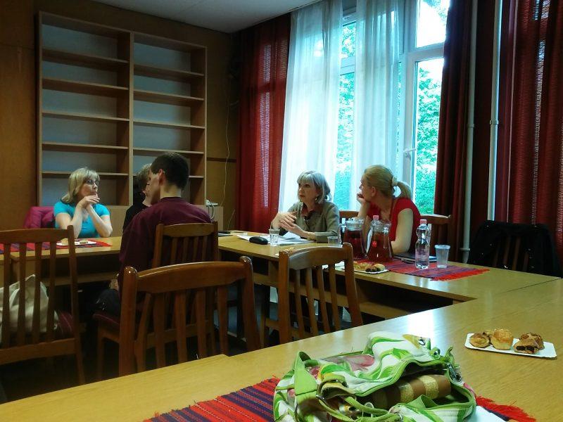 A fényképen az látható, amint Gregor Katalin előadást tart a VGYKE dolgozóinak, mellette Mészáros Ágnes ül