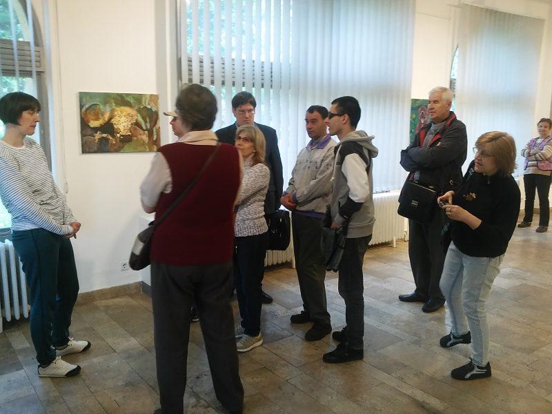 A képen az látható, amint a csoport hallgatja a narrátort