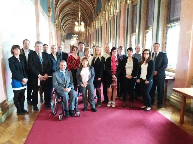 A képen a parlamenti folyón láthatóak a FESZT-ülésén megjelent egyesületi vezetők