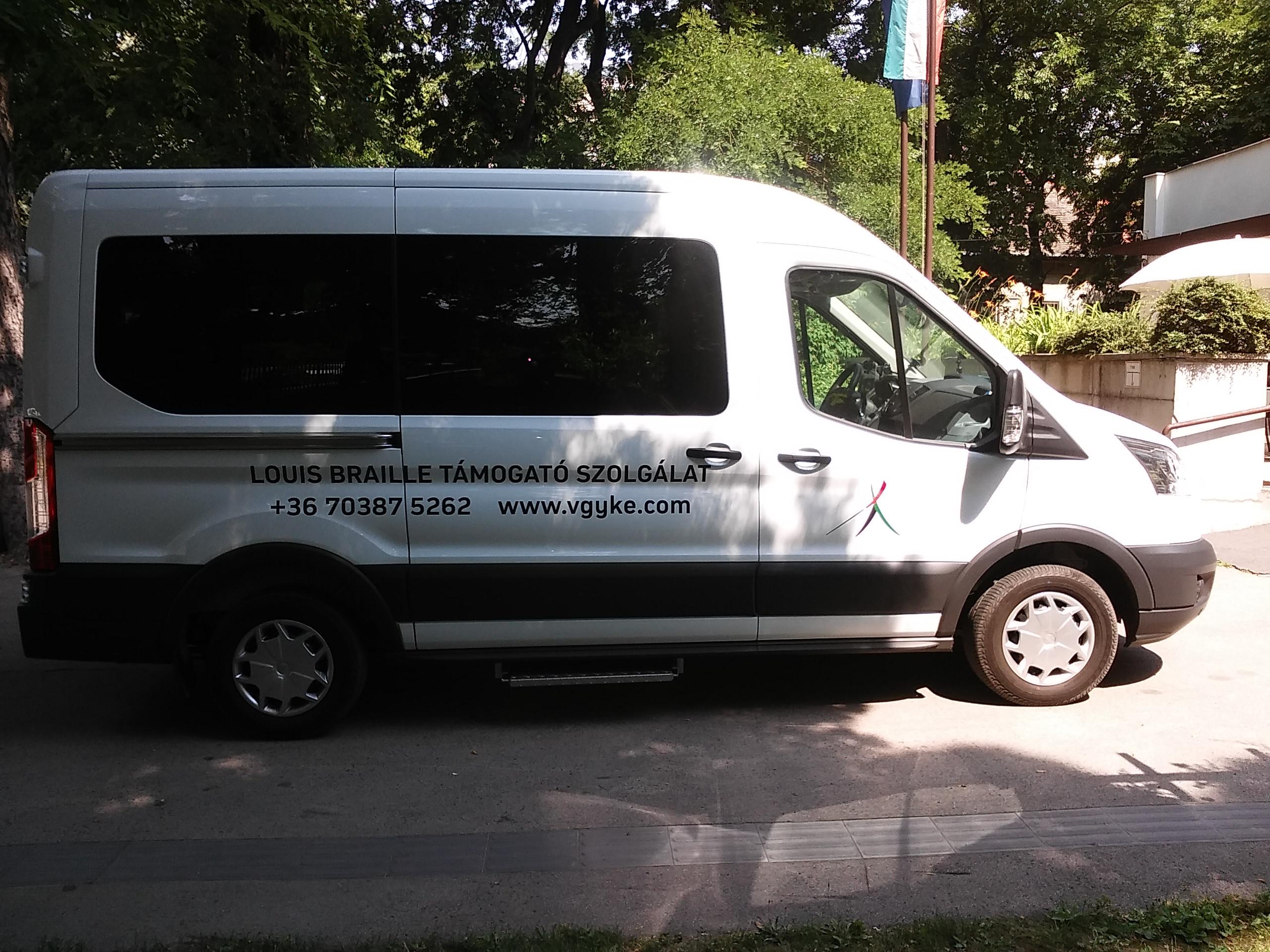 A képen a Szolgálat gépkocsija látható