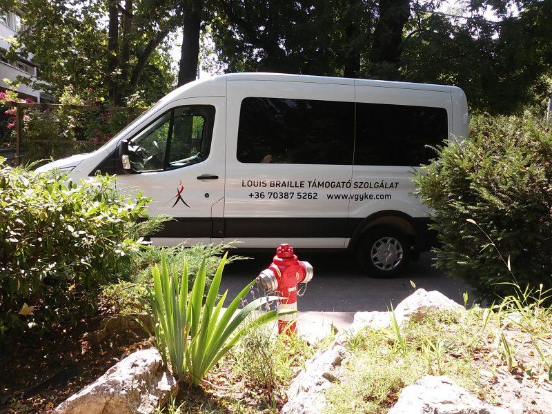 A képen a Támogató Szolgálat kisbusza látható
