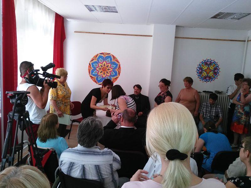 A képen Ágnes látható, amint az Egyesületünk elnöke kihírdette, hogy ő a pályázat nyertese