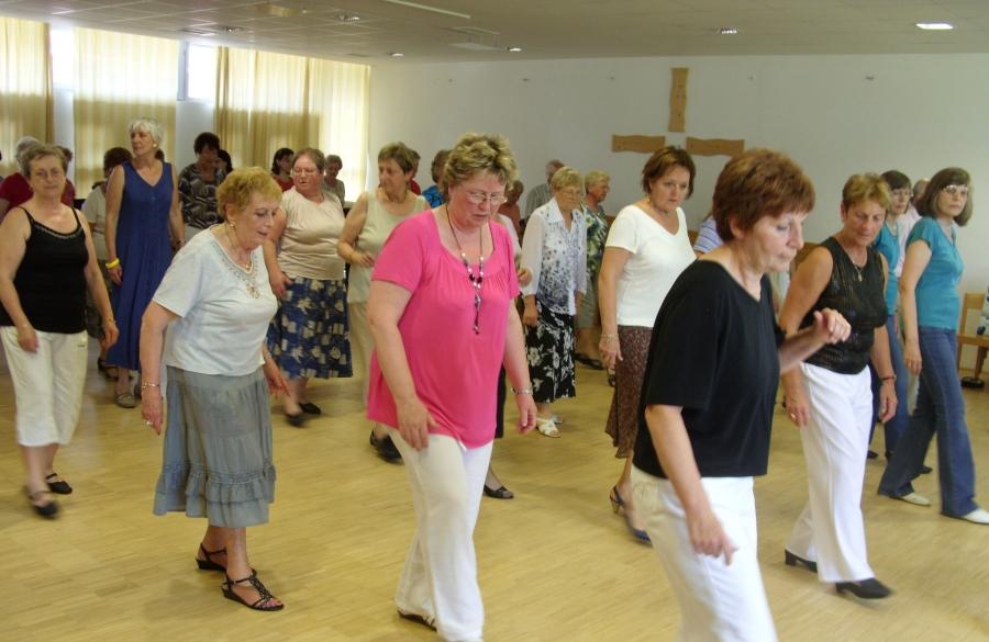 A képen az látható, amint idősek kipróbálják ezt a táncot