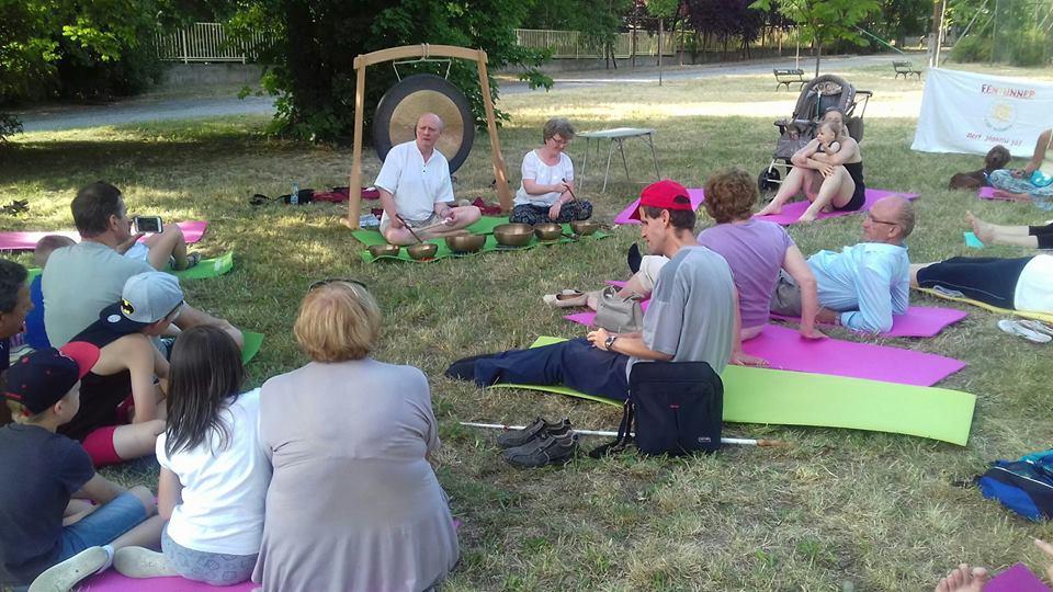 A képen az látható, amint a mezőn feküdve és ülve élvezik a megjelentek a bemutatót