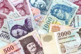 A képen magyar bankjegyek láthatóak