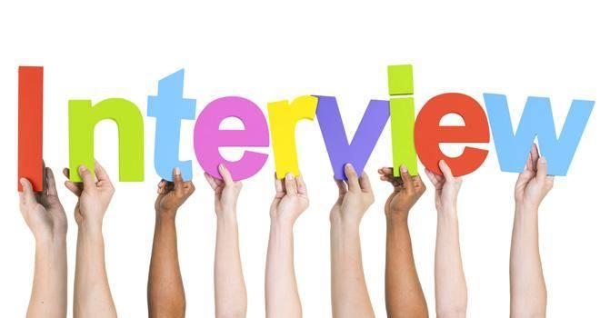 """A képen az """"Interview"""" felirat látható, minden egyes betűt egy-egy kéz nyújt felfelé, úgy, hogy a betűk egymás mellett legyenek."""