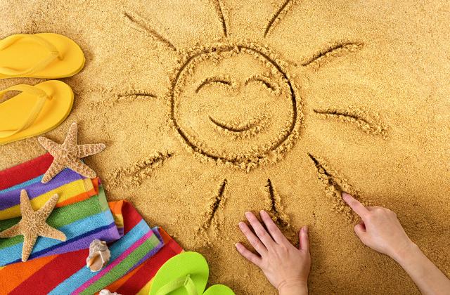 A képen egy homokba rajzolt nap látható