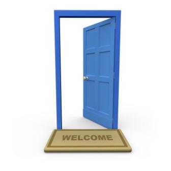 A képen egy nyitott ajtó látható, amint a vendégeket várja
