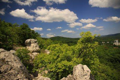 A képen a tündérhegyi szikla látható