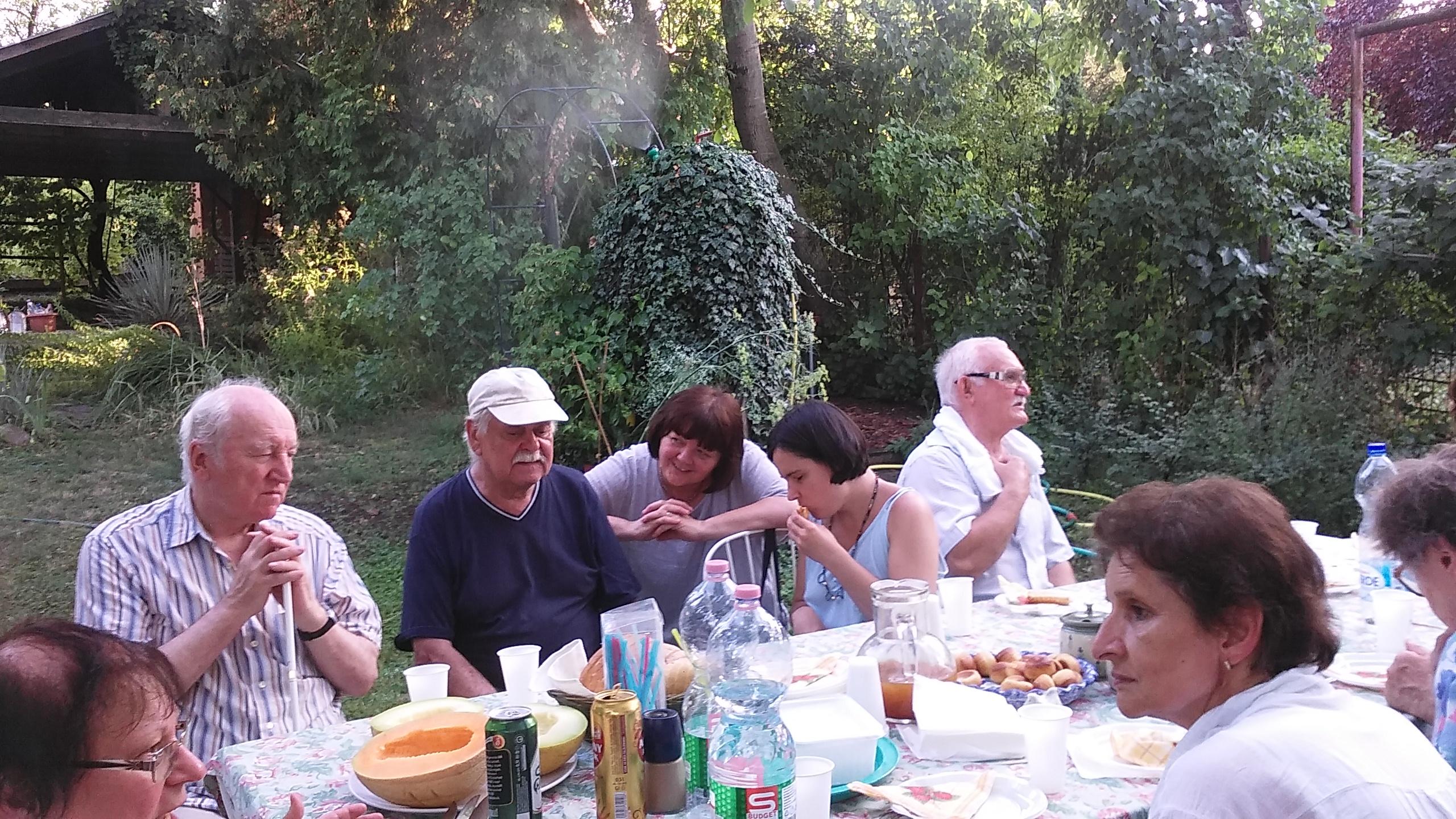 Tagok ülnek a gusztusos asztalnál