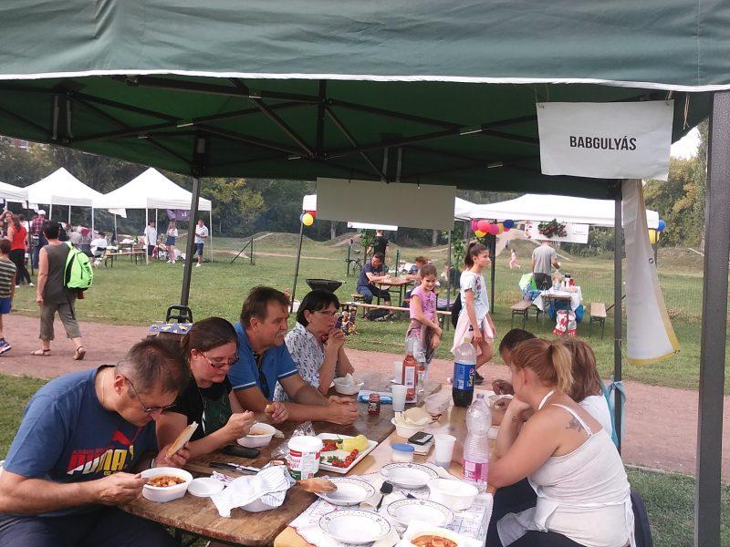A képen az látható, ahogy a sátorunknál mi is és a vendégek is, együtt esszük a gulyásunkat