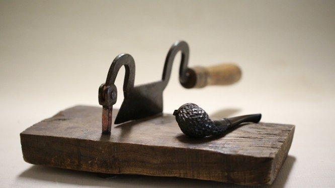 A csatolt képen egy régi pipa és azt hiszem, hogy egy dohányvágó látható