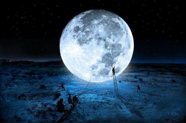 A képen egy művészi hold látható, kékes fényben