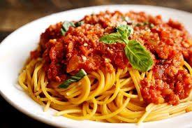 A képen egy tál finom bolognai spagetti látható