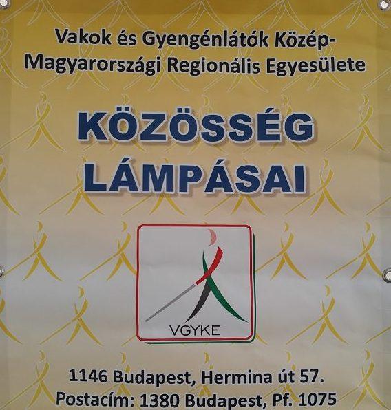 A képen a közösség lámpásait hirdető molinó látható, amelyet a programjainkon ki szoktunk függeszteni