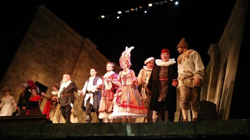 A képen: színpaodon sorakoznak jelmezben a szereplők