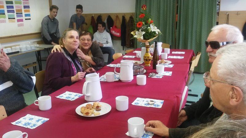 A képen a tagok az asztal körül ülnek