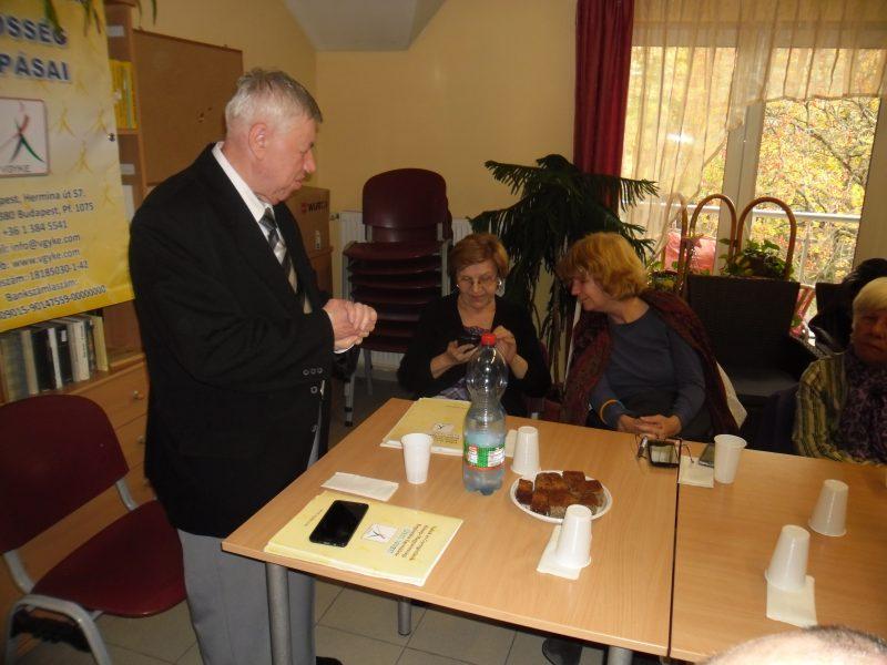 a képen: Dr. Kiss János látható előadás közben