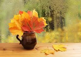 a képen egy váza sárga falevelekkel