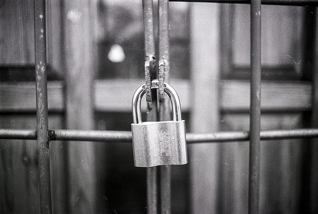 A képen egy bezárt bejárat látható
