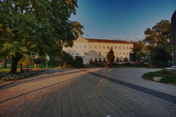 A képen a 16 kerületi önkormányzat előtti park látható